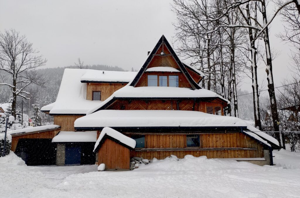 The Snomads Ski Chalet Stardust covered in snow